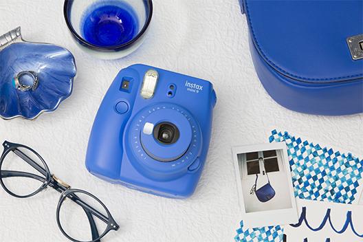 [photo] 장식으로 둘러싸인 테이블 위의 코발트 블루 인스탁스 미니9