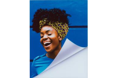 [photo] 미소를 띤 여성 사진에 턴업 프레임 추가