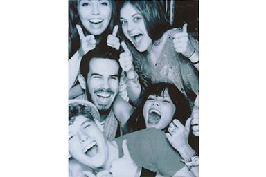 [photo] 엄지손가락을 위로 올린 친구들의 단체 사진에 흑백 필터 적용