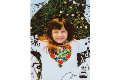 [photo] 야외에서 놀면서 카메라를 향해 미소 짓는 어린 소녀의 사진에 파티 프레임 추가