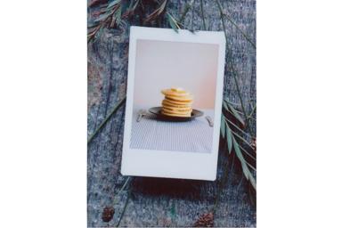 [photo] 테이블 위에 있는 팬케이크가 쌓인 접시 사진에 포토 인 포토 3 프레임 추가