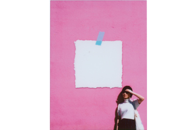 [photo] 핑크색 벽에 기대고 있는 소녀의 사진에 노트 프레임 추가