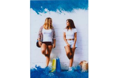[photo] 벽에 기대선 2명의 여자 친구 사진에 컬러 필터 3 프레임 추가