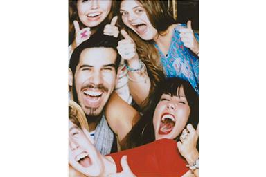 [photo] 엄지손가락을 위로 올린 친구들의 단체 사진에 피시아이 필터 적용