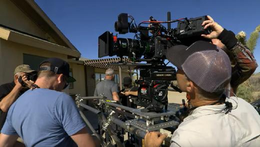 [사진] 주택 앞에서 전문 장비로 촬영하는 남성 촬영 팀