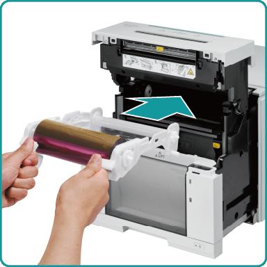 [photo] 개방된 프린터의 전면에 리본 교체품을 넣는 손