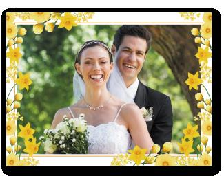 [photo] 노란색의 꽃 테두리 디자인으로 장식된 신랑과 신부 사진