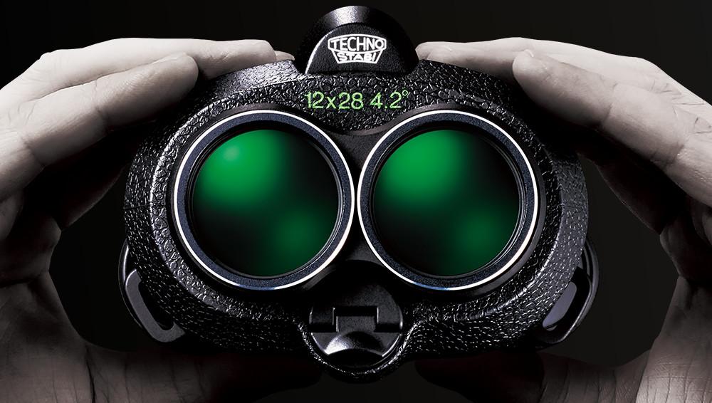 [photo] 다크 그린 렌즈가 있는 FUJINON 쌍안경을 들고 있는 손