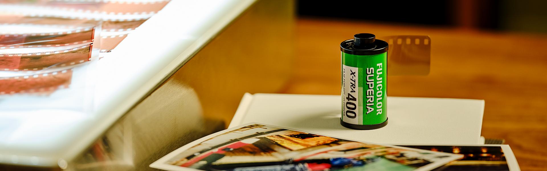 [photo] 흰색 책 위에 놓인 Fujicolor Superia X-Tra 400 필름과 옆에 놓인 인화 샘플과 네거티브 필름