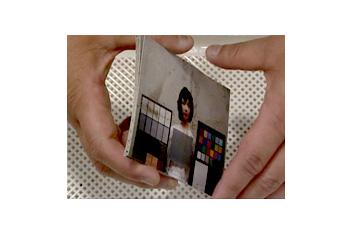 [photo] 서로 달라붙어버린 사진을 분리하려고 하는 한 쌍의 손