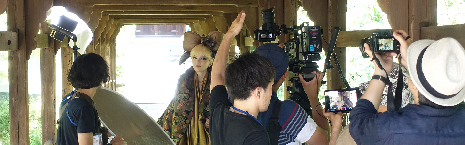 [사진] 교토 도코후지의 한 촬영장 세트에서 일본 전통 의상을 입은 여배우를 촬영하는 영화 제작진