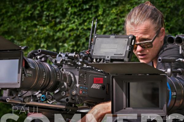 [사진] Arri 카메라 본체에 있는 뷰파인더와 바깥쪽 후지논 18-85 렌즈를 통해 찍을 장면을 맞추고 있는 카메라맨