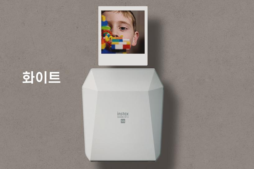 [photo] 그레이 배경 위로 화이트 인스탁스 쉐어 SP-3와 상단에 샘플 사진, 화이트 색상의 '화이트' 텍스트.
