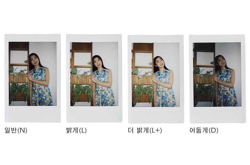 [photo] 벽 장식에 기대선 소녀를 인스탁스 미니90으로 보통, 밝게, 더 밝게, 어둡게로 촬영한 사진 4장