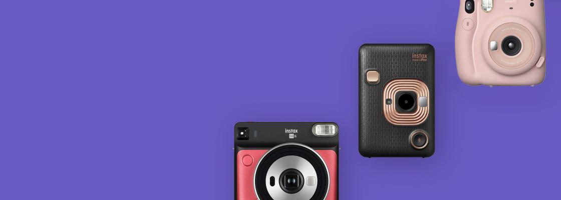 [사진] 보라색 배경에 서로 다른 색상의 인스탁스 카메라 3대