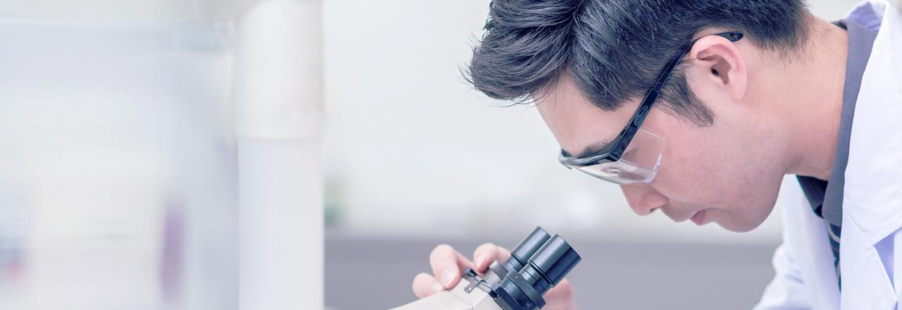 [사진] 현미경을 들여다보고 있는 남성