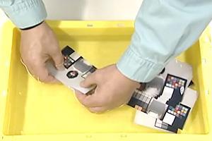 [photo] 양손으로 노란색 용기에 담긴 액상 용액으로 사진 처리