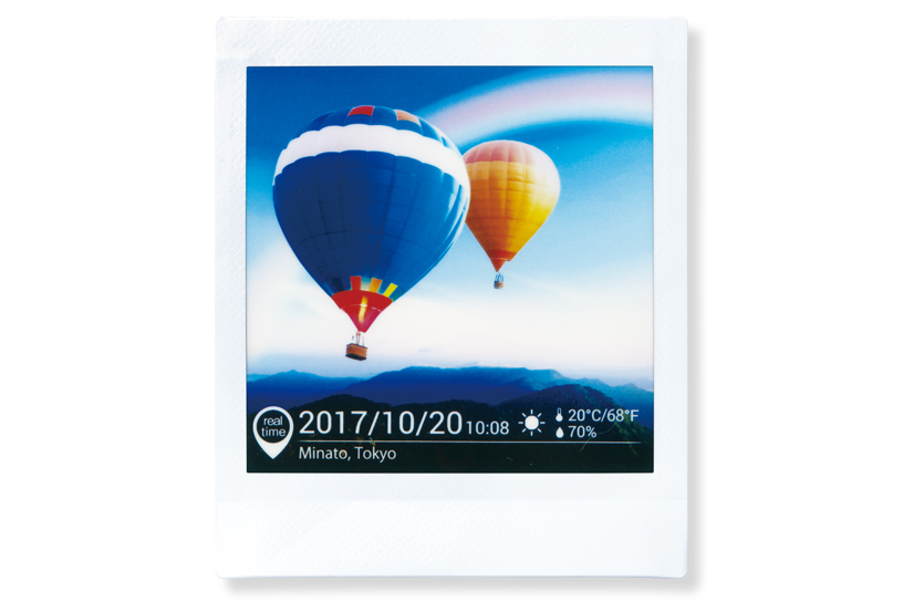 [photo] 2 hot air ballons in the sky and the date, place, weather, temperature and humidity are indicated at the bottom of the photo.
