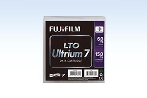 [foto] Cartucho de datos Fujifilm LTO Ultrium 7 con fondo de gradiente azul claro