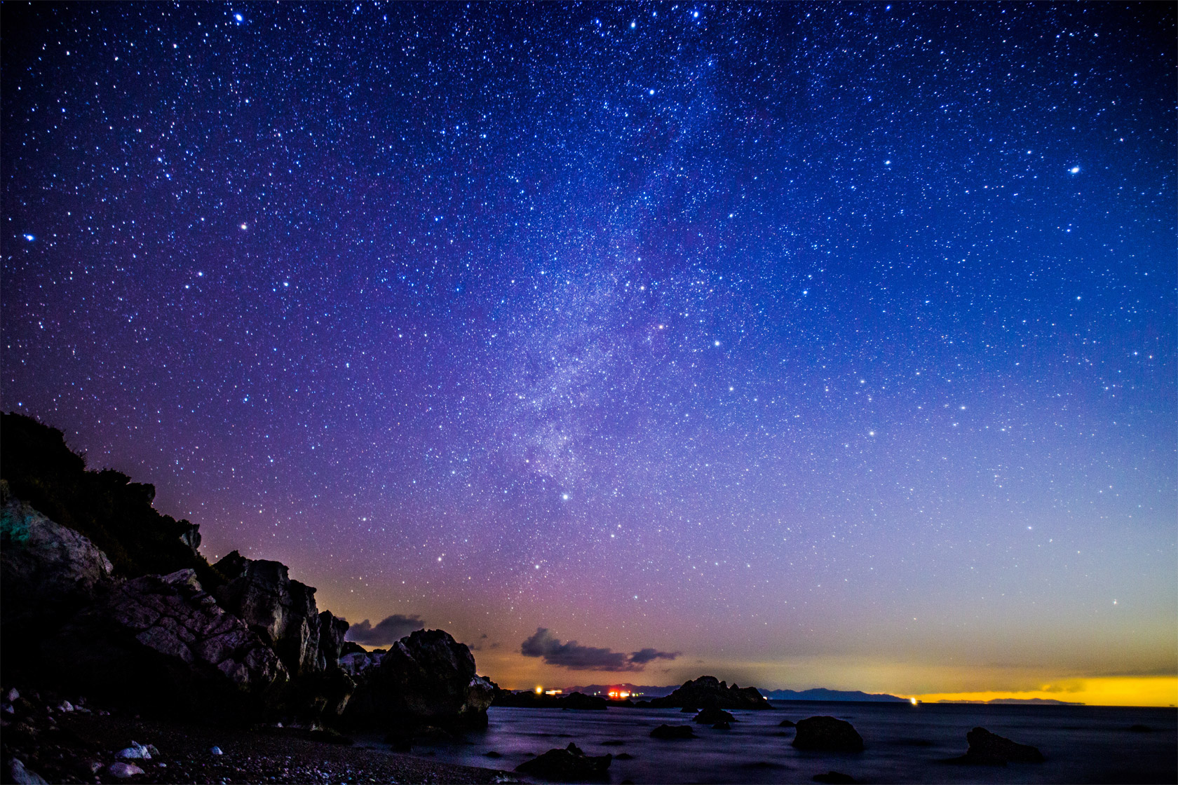 [photo] Astro-photography at night by the sea with the skies filled with stars