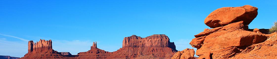 [photo] Amplia vista de una zona montañosa de rocas rojas