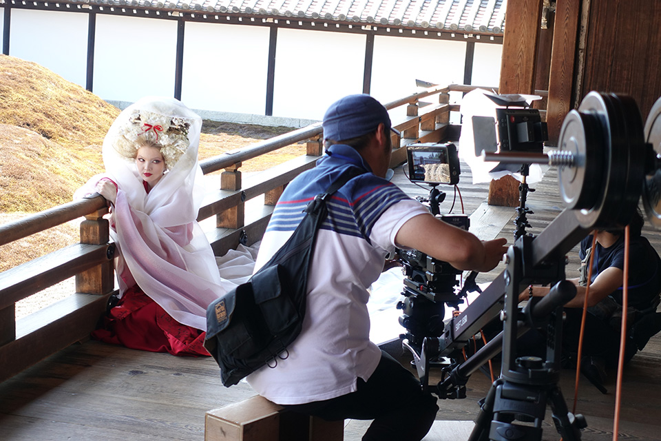 [photo] A camera crew shooting an actress dressed in traditional Japanese attire leaning against wooden railing