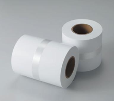 [ภาพ] โรลกระดาษเปล่าสองม้วนวางติดกัน โรลหนึ่งวางตั้งขึ้นและอีกโรลหนึ่งวางนอน