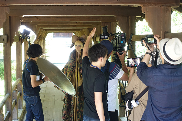 [photo] A film crew on set on location in Tokofuji, Kyoto shooting an actress dressed in traditional Japanese attire