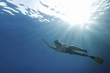 [photo] Một người phụ nữ đang bơi dưới nước